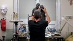 Teaser. Ron Mueck dans son atelier. Vidéo présentée lors de l'exposition dédiée à l'artiste à la fondation Cartier pour l'art contemporain, jusqu'au 27 octobre 2013.
