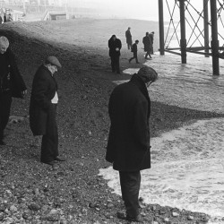 Blacksanding, sunday morning, under Brighton Pier looking for coins that are washed up. Brighton, Sussex, 1970 - My Britain 970-1980, jusqu'au 31/10/2015