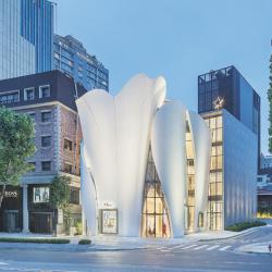 Pour la nouvelle boutique Dior de Séoul, Christian de Portzamparc a imaginé un drapé de coques de 25 mètres de haut.